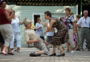 Old-couple-dancing